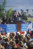 Tidigare presidenten Bill Clinton talar på en Santa Barbara City College som aktionen samlar i 1996, Santa Barbara, Kalifornien Fotografering för Bildbyråer