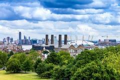 Tidigare sötningsmedelraffinaderi och modern sportarena på den Greenwich halvön london uk royaltyfri bild
