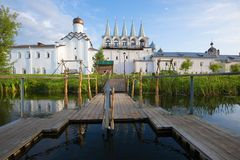 Tidigare September morgon på en stilsort av den Tikhvin Uspensky kloster Leningrad region, Ryssland arkivbilder