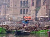 Tidigt arbete på floden Ganges Royaltyfri Fotografi