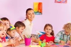Tidigt framkallande grupppojkeflickor och lärare Royaltyfria Bilder