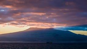 Tidigt ljus för lilor på soluppgång över den Pico vulkan stock video