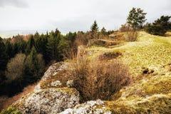Tidigt Spring Hill landskap i den Franconian schweizaren Royaltyfri Bild