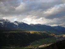 Tidigt vårlandskap i bergen Arkivfoto
