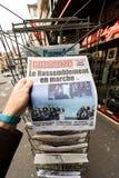 Tidning för gåva för POV-maninnehav med Marine Le Pen Royaltyfri Foto