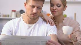 Tidning för makeläsningmorgon, fru som dricker kaffe som beundrar liv, familj lager videofilmer