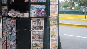 Tidning i Peru som täcker död för Castro ` s i ett tidningsbås på gatan Royaltyfri Fotografi
