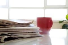 Tidning med kaffe på tabellen Royaltyfri Foto