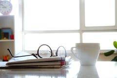 Tidning med kaffe på tabellen Royaltyfria Bilder