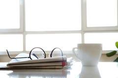 Tidning med kaffe på tabellen Royaltyfri Fotografi