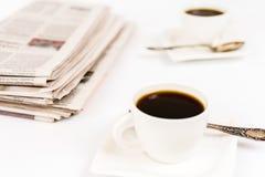 Tidning och kaffe Arkivbild