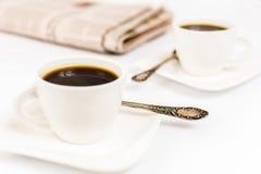 Tidning och kaffe Arkivfoton