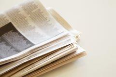 Tidning på brun bakgrund Arkivfoto