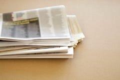Tidning på brun bakgrund Royaltyfria Bilder