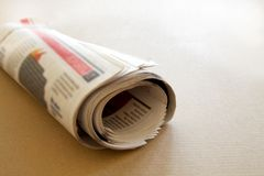 Tidning på brun bakgrund Royaltyfria Foton