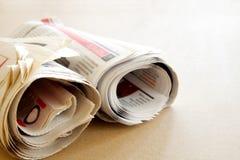 Tidning på brun bakgrund Royaltyfri Bild