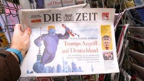 Tidning på presskiosket som presenterar Donald Trump som anfaller Tyskland stock video