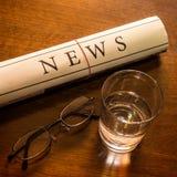 Tidning på skrivbordet Arkivbild