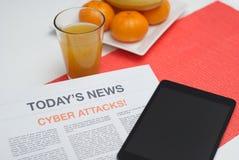 Tidning som läs på frukosten Royaltyfri Bild