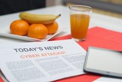 Tidning som läs på frukosten Royaltyfri Fotografi