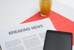 Tidning som läs på frukosten Arkivbild
