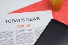 Tidning som läs på frukosten Arkivfoton