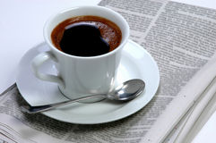 tidningar för morgon för kaffekopp Arkivfoto