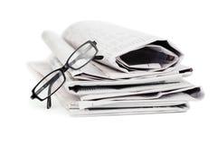 Tidningar och svarta exponeringsglas Fotografering för Bildbyråer