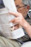 tidningar som läser pensionären Royaltyfri Fotografi