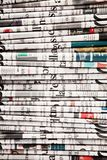Tidningar vikta för att bilda en bakgrund Arkivfoto