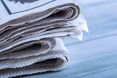 Tidningar vikta och som staplas på tabellen Royaltyfria Bilder