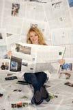 tidningsavläsningskvinna royaltyfri fotografi