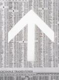 Tidningsmaterielet bordlägger uppvisning av marknaden som går upp Arkivfoto