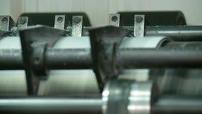 Tidningsprintingprocess på fabriken arkivfilmer