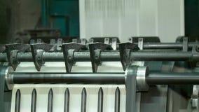 Tidningsprintingprocess på fabriken stock video