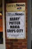 Tidningsrubriken meddelar start av försäljningen av den senaste Harry Potter boken Fotografering för Bildbyråer