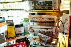 Tidningsställning med Financial Times, New York Times Royaltyfri Foto
