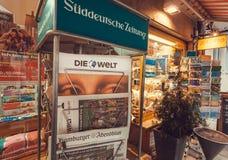 Tidningsställning med frontapage av tabloidtidningen Die Welt nära gatalager Arkivbild