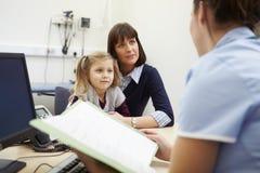 Tidsbeställning för moder och dotter med sjuksköterskan royaltyfri bild