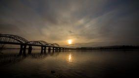 Tidschackningsperiod för 4 K Incredibly härlig cityscape Solnedgång bro över floden stock video
