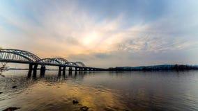 Tidschackningsperiod för 4 K Incredibly härlig cityscape tid precis efter solnedgång bro över floden lager videofilmer