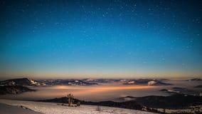 Tidschackningsperiod för mjölkaktig väg i Carpathian berg stock video