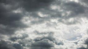 Tidschackningsperiod för professionell 4k, majestätiskt grått molnflyg över horisonten, inget fladdrande, inga fåglar arkivfilmer