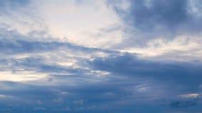 tidschackningsperioden för längd i fot räknat 4K av vita pösiga fluffiga moln fastar flyttande blå himmel med guld- ljus på solne lager videofilmer