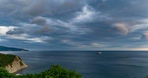 Tidschackningsperioden i havsfjärden i denstorm tiden, uppkomsten av en tromb, en härlig seascape, början av arkivfilmer
