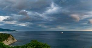 Tidschackningsperioden i havsfjärden i denstorm tiden, uppkomsten av en tromb, en härlig seascape, början av stock video