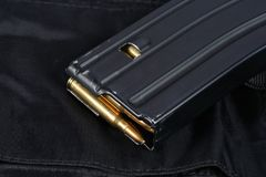 Tidskrift för gevär för USA-ARMÉ M-16 med kassetter på den svarta likformign Royaltyfri Bild