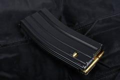 Tidskrift M-16 30. med ammo på den svarta likformign Arkivfoto