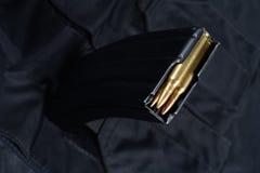 Tidskrift M-16 30. med ammo på den svarta likformign Fotografering för Bildbyråer