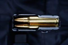 Tidskrift M-16 30. med ammo på den svarta likformign Arkivfoton